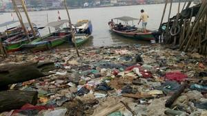 Sampah Menumpuk di Bawah Jembatan Ampera, Walkot Salahkan Warga