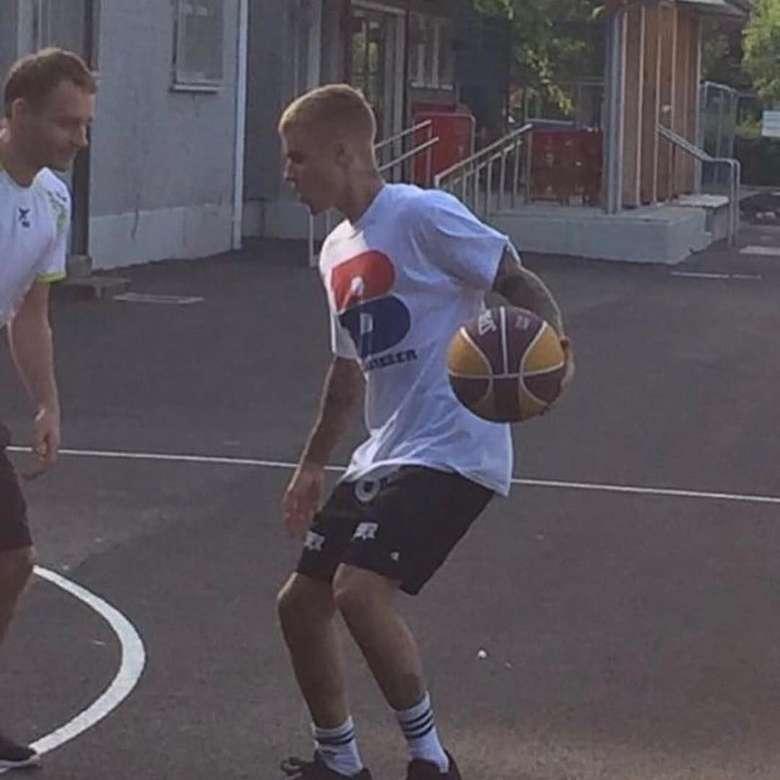Salah satu olahraga yang paling digemari oleh Justin Bieber adalah basket. (Instagram/justinbieber)