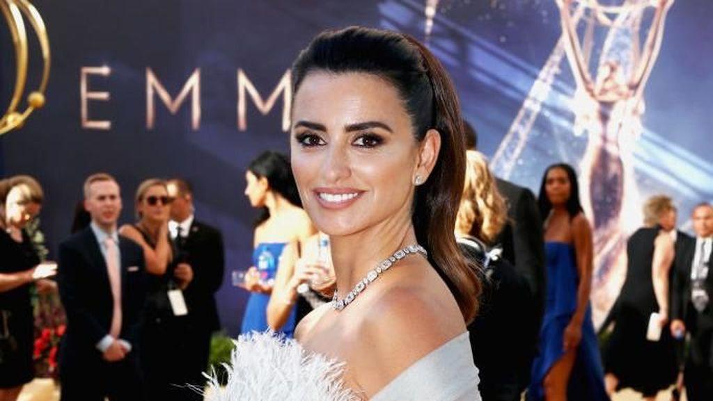 Selebriti dengan Penampilan Memukau di Red Carpet Emmy 2018
