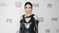Constance Wu terlihat menawan dengan dress hitam metalik saat menghadiri acara Emmy Awards 2018 di California, AS pada Senin (17/9) waktu setempat.Tibrina Hobson/Getty Images