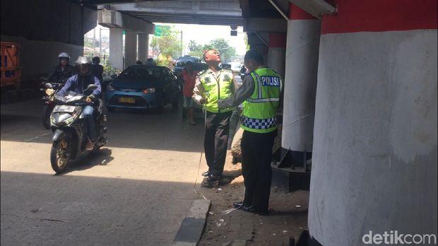 Polisi melakukan olah TKP anggota Densus 88 ditabrak di Jl Bekasi Timur, Jaktim, Selasa (18/9/2018)