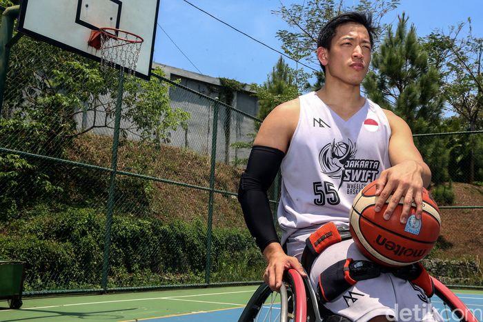 Donald Santoso cedera parah saat SMA. Terpuruk saat kehilangan kemampuan berlari, melompat, dan komunitas, tapi kini dia hidup lagi dengan basket kursi roda.