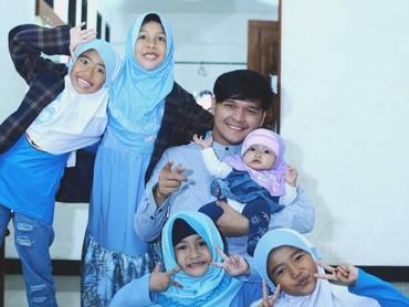 Wah Dito dikelilingi anak-anak perempuan. Senangnya! (Foto: Instagram@ananditodwis)