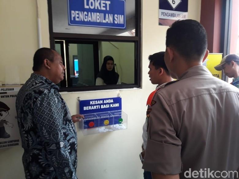 Proses perpanjangan SIM. Foto: Isal Mawardi/detikcom