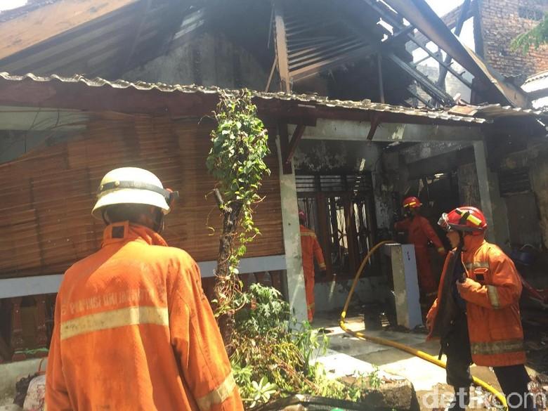 Korsleting Listrik, 4 Rumah dan 1 Warung di Pulogadung Terbakar