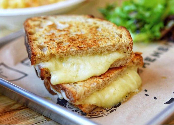 Versi sandwich panggang ini paling pas diisi dengan lembaran keju mozzarella. Meleleh dan lumer saat digigit. Mau? Foto : Instagram @hungrytravelingmama
