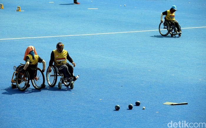 Sejumlah atlet disabilitas cabang olahraga Lawn Bowls tampak berlatih di Lapangan Hoki, Komplek GBK, Jakarta, Selasa (18/9/2018).