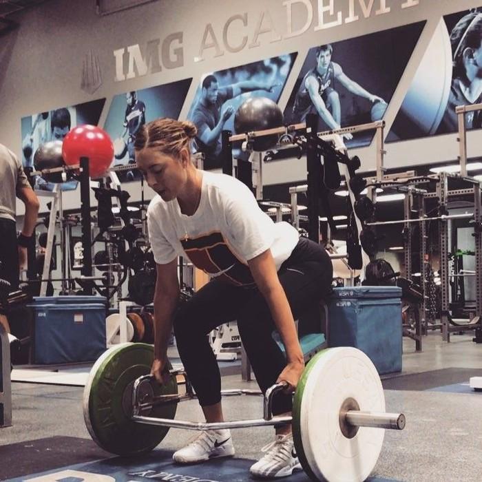 Untuk melatih otot di tubuhnya, Maria Sharapova memilih olahraga angkat besi. (Instagram/mariasharapova)