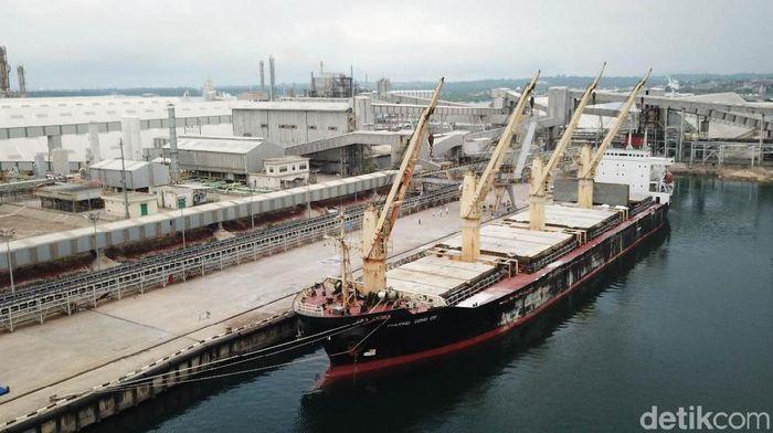 Ilutrasi Kapal pengiriman. Foto: Danang Sugianto