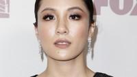 Bintang Crazy Rich Asian itu terlihat mempesona dengan makeup natural dan perhiasan dari Harry Winston. Tibrina Hobson/Getty Images