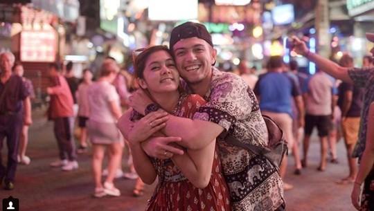 Momen Pacaran Rifky Balweel dan Istri di Thailand