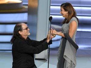 Romantis Banget! Sutradara Ini Lamar Kekasih di Panggung Emmy Awards
