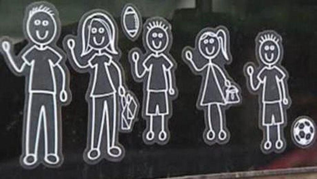 Bahaya Stiker Nama Keluarga di Mobil