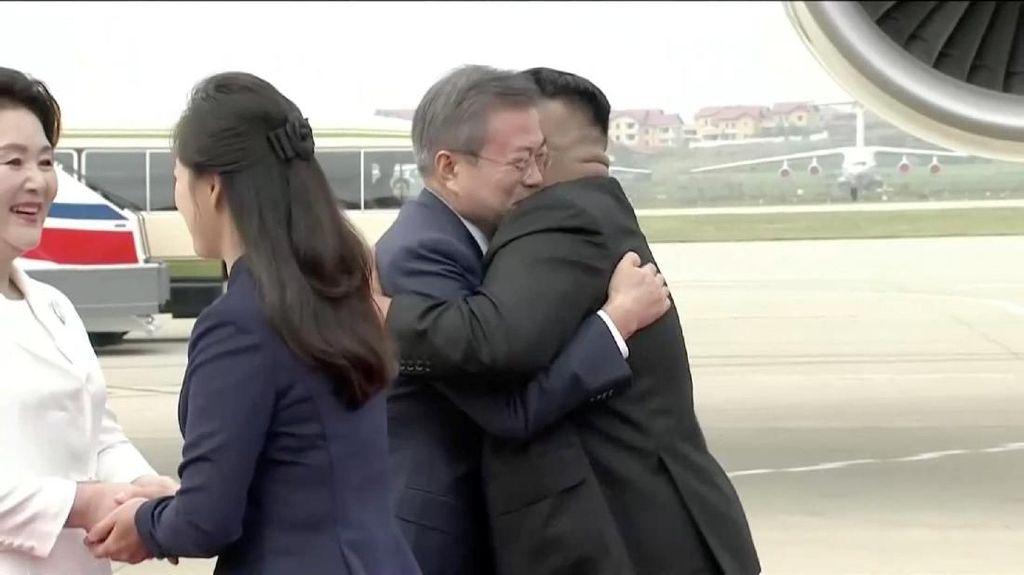 Pelukan Hangat Kim Jong-un untuk Moon Jae-in