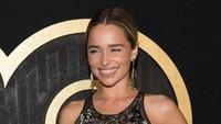 Bintang Game of Thrones itu hampir saja mengekspose payudaranya lewat dress tipisnya itu. Emma McIntyre/Getty Images
