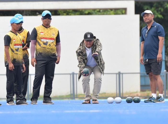 Menpora Imam Nahrawi sedang mencoba olahraga lawn ball (dok.kemenpora)