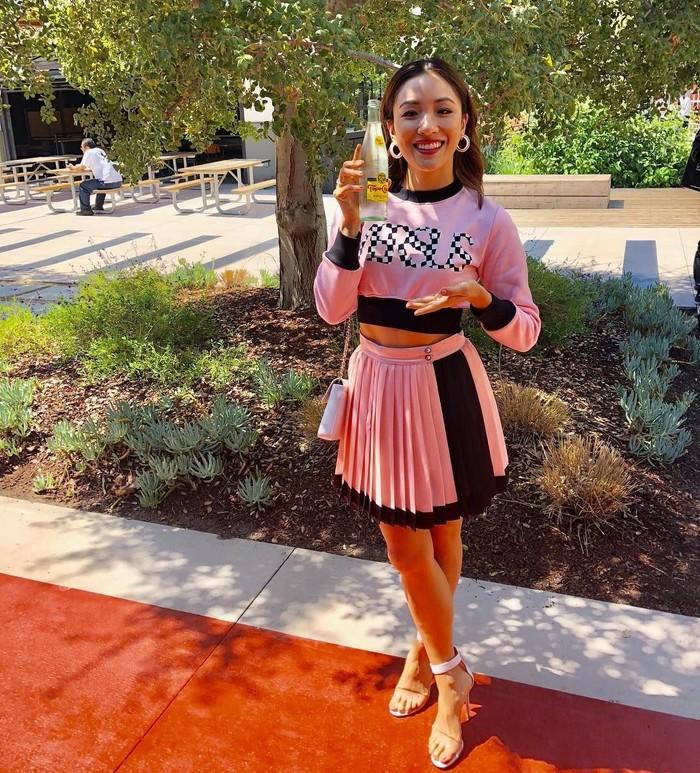 Pemilik nama lengkap Constance Tianmin Wu ini mencuri perhatian melalui perannya sebagai Rachel Chu di Crazy Rich Asians. Saat konferensi pers filmnya di kantor Facebook, ia pose dengan air mineral merek Topo Chico. Foto: Instagram constancewu