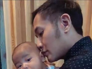 Alfie nyaman banget di gendongan ayahnya, Aldi Bragi. (Foto: Instagram @ririndwiariyanti)