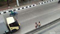 Siswa SD bertaruh nyawa menyebrang di jalan raya yang ramai kendaraan