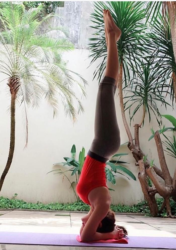 Ia bahkan bisa melakukan headstand tanpa goyah sama sekali. (Foto: Instagram/bellashofie5292)