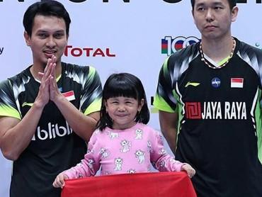 Mohammad Ahsan, atlet pebulutangkis senior yang baru saja lolos 16 besar di China Open kategori ganda putra. Mohammad Ahsan adalah ayah yang penyayang banget sampai putri pertamanya, Chayra dibawa ke podium, lho. (Foto: Instagram @king.chayra)