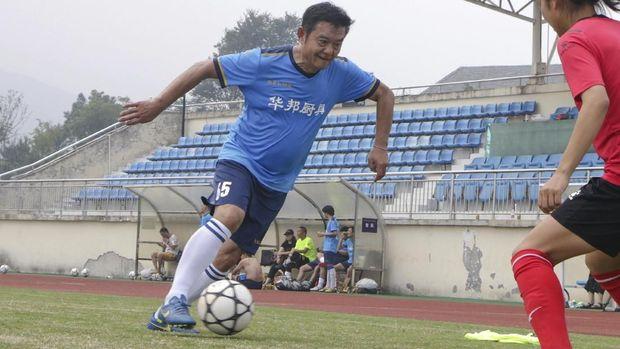 Zhao Chongshan masih antusias bermain sepak bola tiga kali sepekan meski sudah memasuki 63 tahun. (