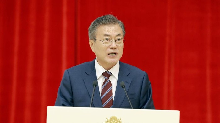 South Korean President Moon Jae-in speaks during a banquet in Pyongyang, North Korea in this photo released by North Koreas Korean Central News Agency (KCNA) September 19, 2018. KCNA/via REUTERS ATTENTION EDITORS - THIS PICTURE WAS PROVIDED BY A THIRD PARTY. REUTERS IS UNABLE TO INDEPENDENTLY VERIFY THE AUTHENTICITY, CONTENT, LOCATION OR DATE OF THIS IMAGE. NO THIRD PARTY SALES. NOT FOR USE BY REUTERS THIRD PARTY DISTRIBUTORS. SOUTH KOREA OUT.