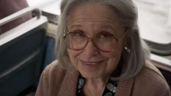 Duh, Captain Marvel Pukul Nenek-nenek di Bus