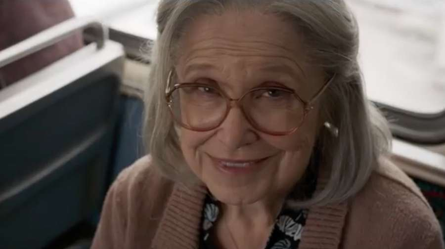 Duh, Captain Marvel Pukul Nenek-nenek di Bus