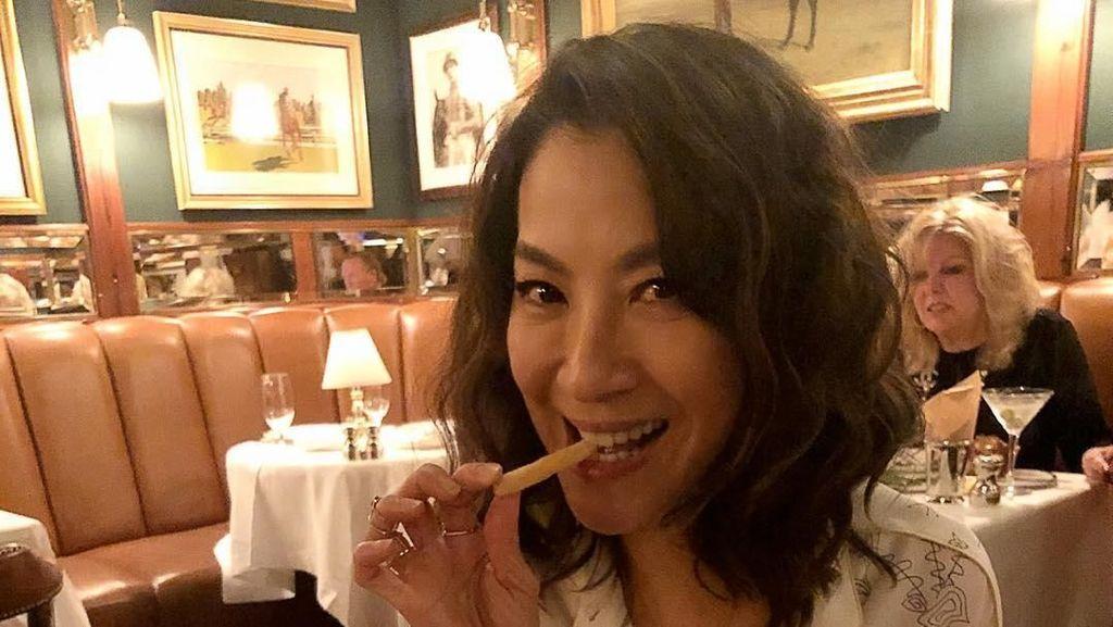 Ini 10 Bukti Kalau Michelle Yeoh Doyan Makan Enak!