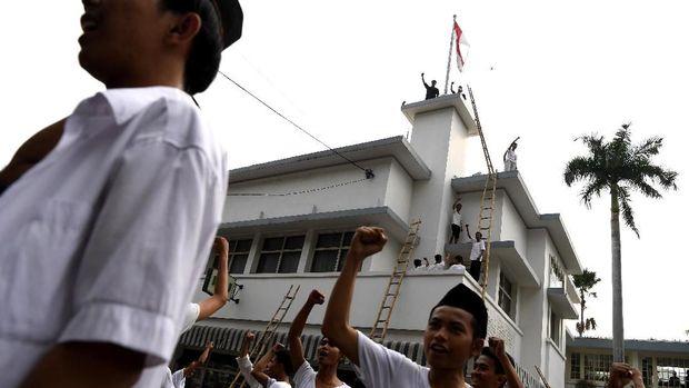 Warga Surabaya berkumpul di depan Hotel Majapahit di Jalan Tunjungan Surabaya. Mereka menggelar aksi teatrikal mengenang peristiwa perobekan bendara Belanda.