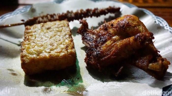 Menurut peneliti makan ayam goreng setiap hari bisa meningkatkan risiko kematian sampai 13 persen. (Foto: Devi S. Lestari/detikFood)