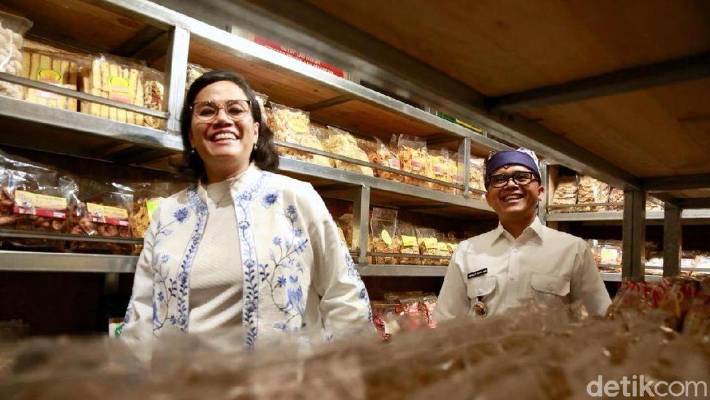Ke Banyuwangi, Sri Mulyani Borong Pisang Sale hingga Kaos