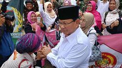 Datangi Markas Gerindra Jabar, Prabowo Disambut Emak-emak Milenial