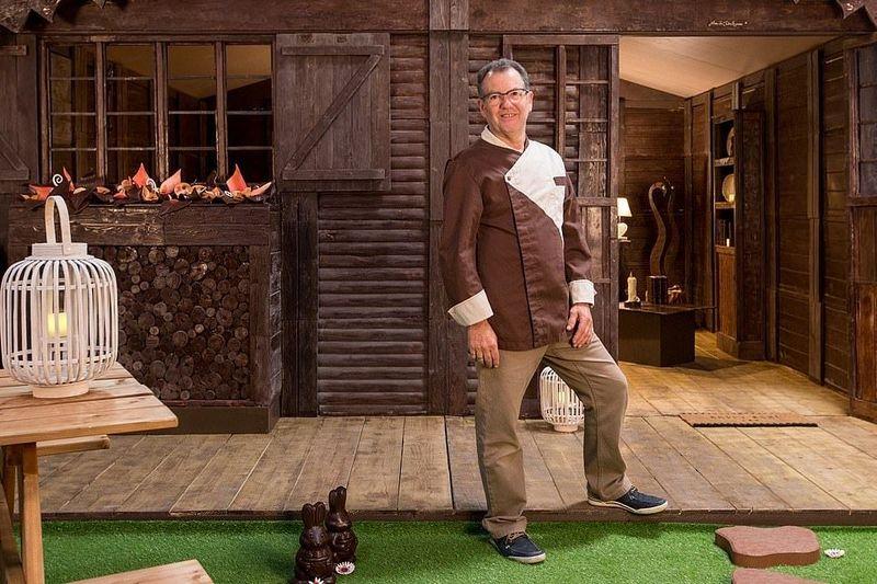 Pembuatnya bernama Jean-Luc Decluzeau, seorang chocolatier alias ahli pembuat cokelat dari Prancis. Hotel yang dibuat Decluzeau ini berukuran 18 meter persegi (Booking.com)