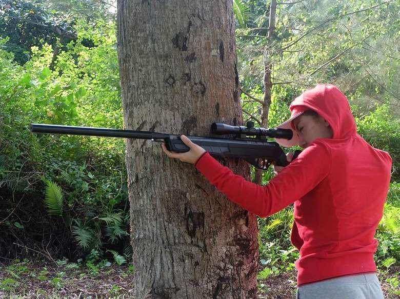 Mungkin tak banyak yang menduga, kalau seleb satu ini juga suka olahraga ekstrem, seperti menembak. (Foto: Instagram/bellashofie5292)