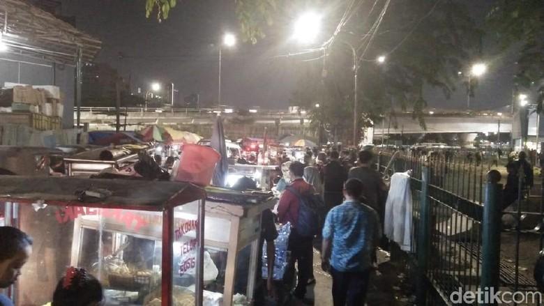 Foto: Potret Semrawut PKL di Trotoar Dekat Stasiun Tanah Abang