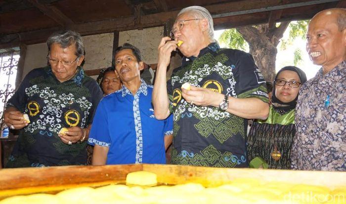 Mendag yang datang berbusana batik, sempat menyicip tahu kuning yang baru selesai diproduksi.