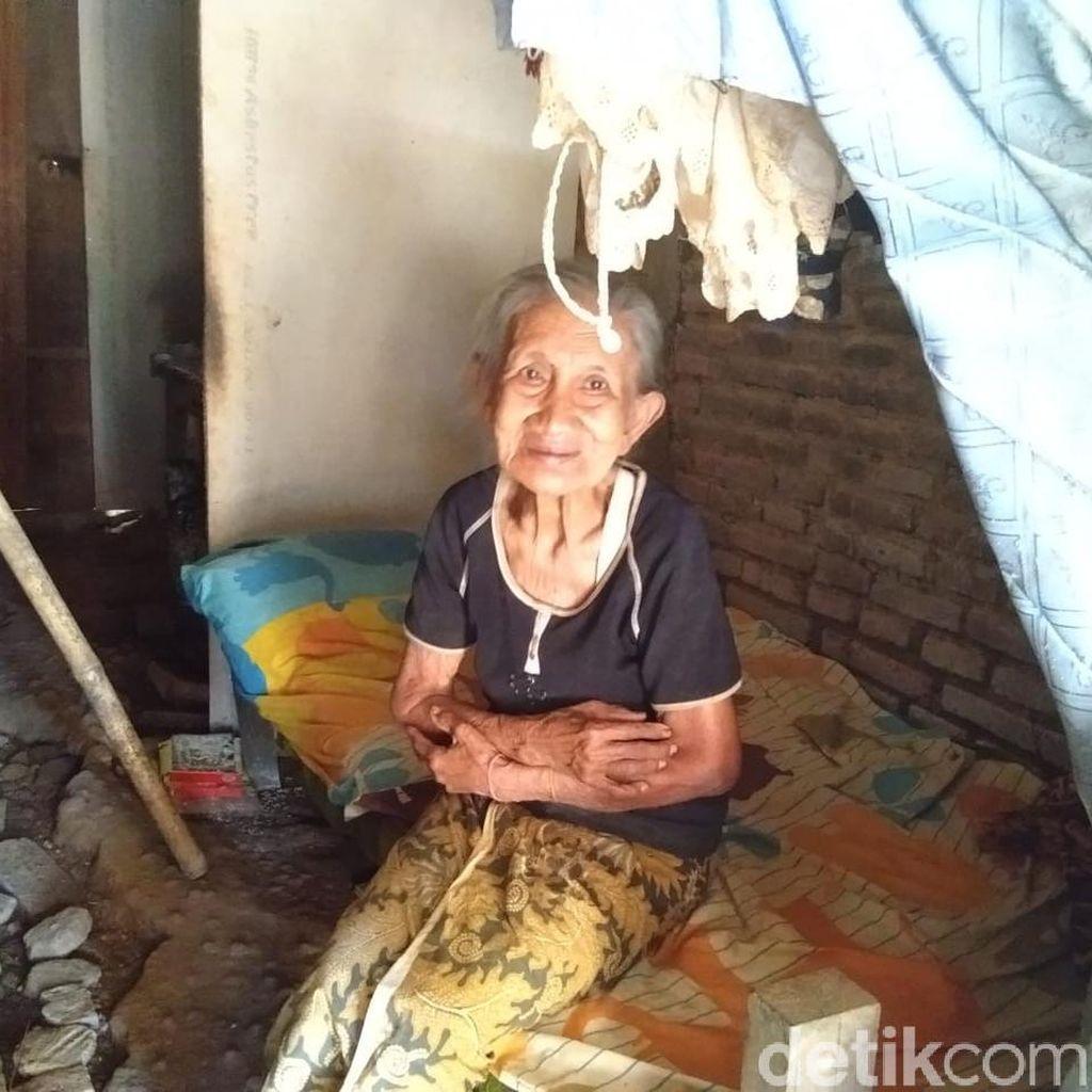 Nenek Kusnari Puluhan Tahun Hidup di Lorong Antara 2 Rumah Warga