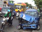 Mobil Ini Ditabrak Truk Depan Belakang, Sopir Terluka