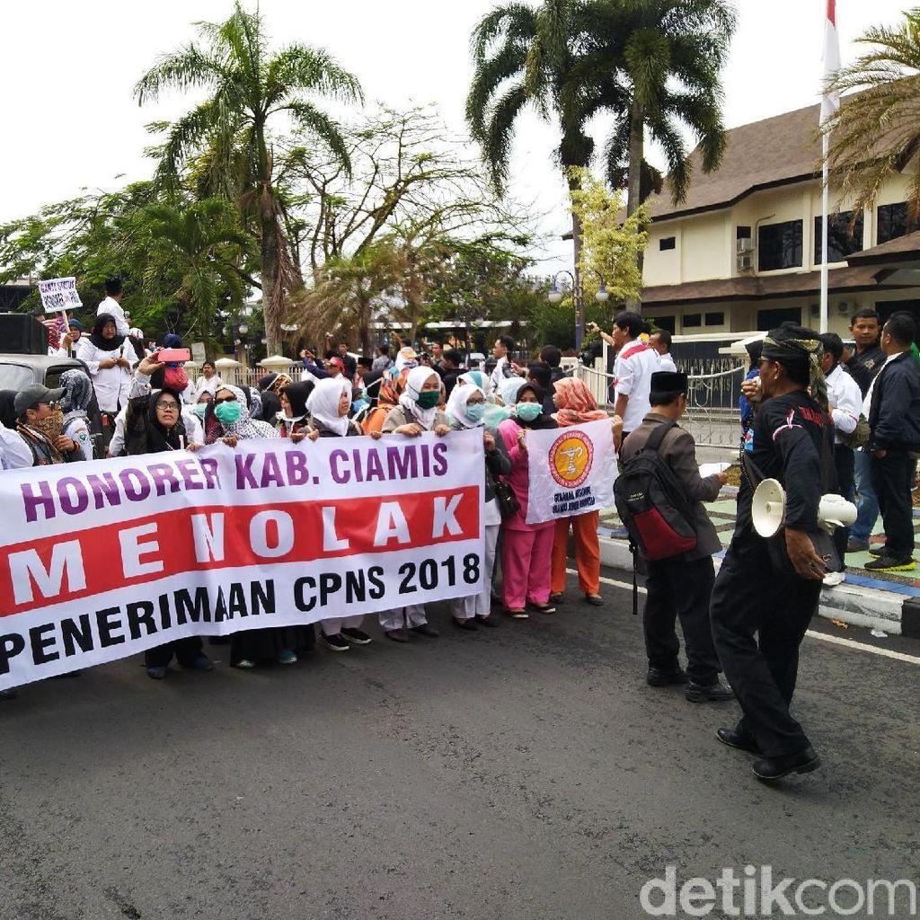 Ratusan Tenaga Honorer di Ciamis Demo Tolak Penerimaan CPNS