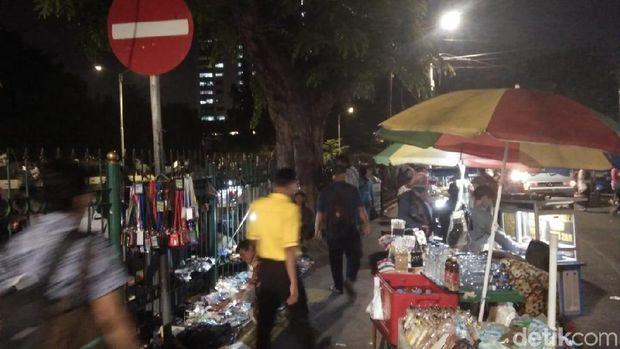 PKL menggelar lapak di trotoar dekat Stasiun Tanah Abang.