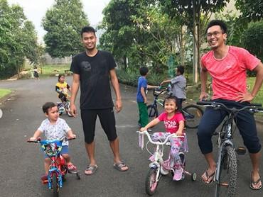 Nggak cuma di lapangan bertemu, sesama pebulutangkis juga ada playdate dengan anak-anaknya, nih. Seperti Mohammad Ahsan dan Tontowi Ahmad ini. (Foto: Instagram @king.chayra)