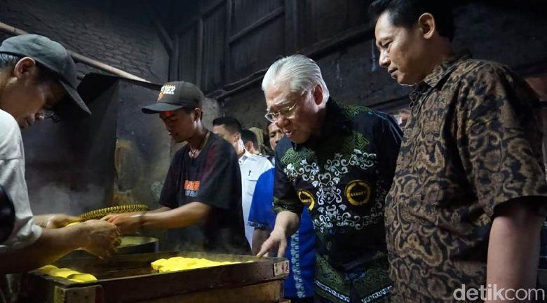 Menteri Perdagangan (Mendag) Enggartiasto Lukita sore ini mengunjungi pabrik tahu tempe milik Primer Koperasi Tahu-Tempe Indonesia (Primkopti) di Kalideres Jakarta Barat.