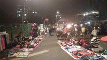 Semrawut, PKL Penuhi Trotoar Dekat Stasiun Tanah Abang