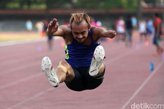 Para atlet pelatnas NPC cabang atletik melakukan latihan terpusat di Stadion Sriwedari, Solo, pada Selasa (18/9/2018).