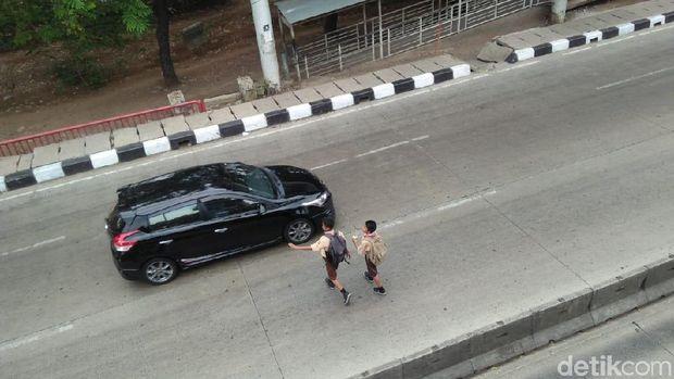 Siswa SD menyebrang jalan raya karena JPO Jembatan Gantung Rusak