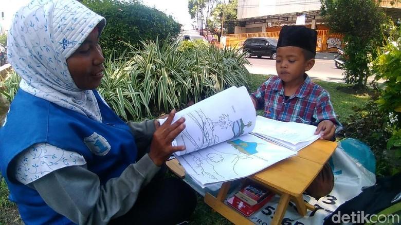 Anak Penjual Koran yang Belajar di Pinggir Jalan: Saya Ingin Jadi Masinis