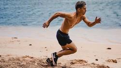 Tak hanya Jennifer Bachdim yang gemar berolahraga dan mempunyai bentuk tubuh body goals, sang adik juga seorang atlet sepakbola yang memiliki tubuh kekar.