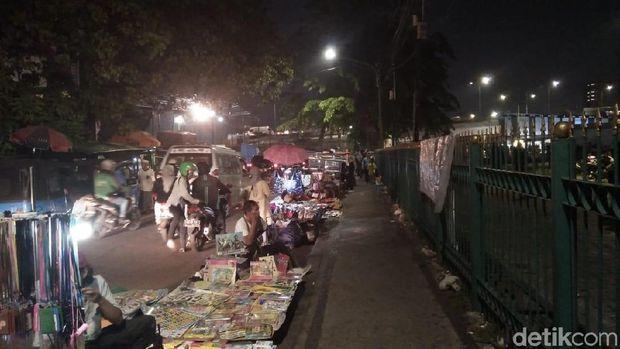 PKL menggelar lapak di badan jalan di dekat Stasiun Tanah Abang.